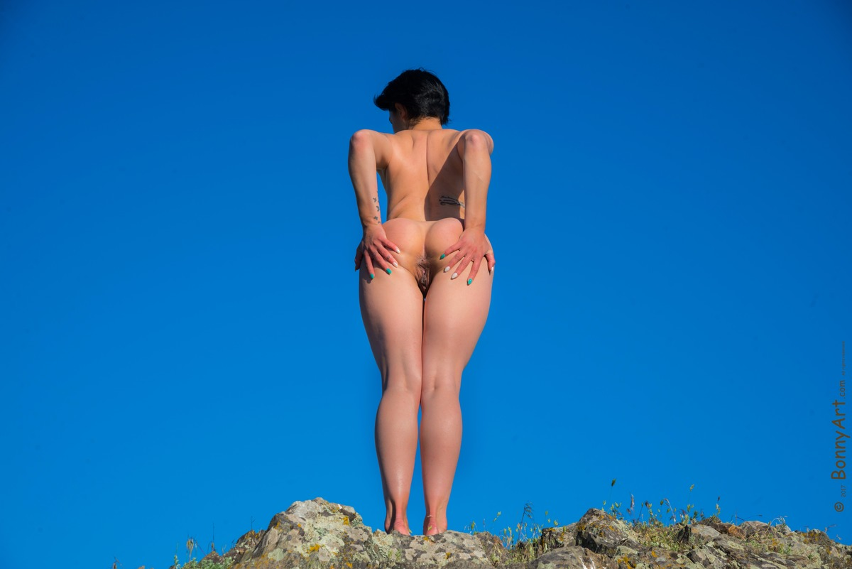 Nudist Woman Spreading her Booty on the Hill