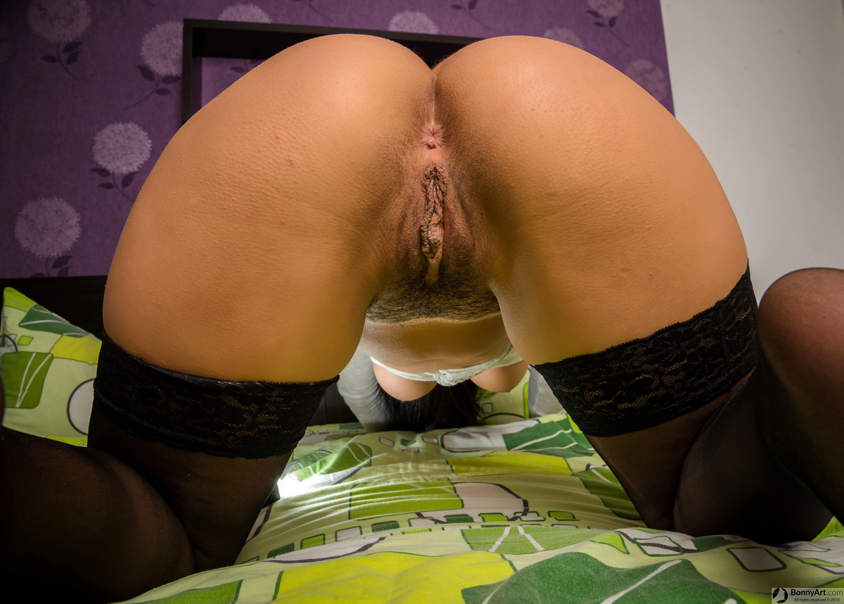 Young Big Round Bottom on all fours Vulva